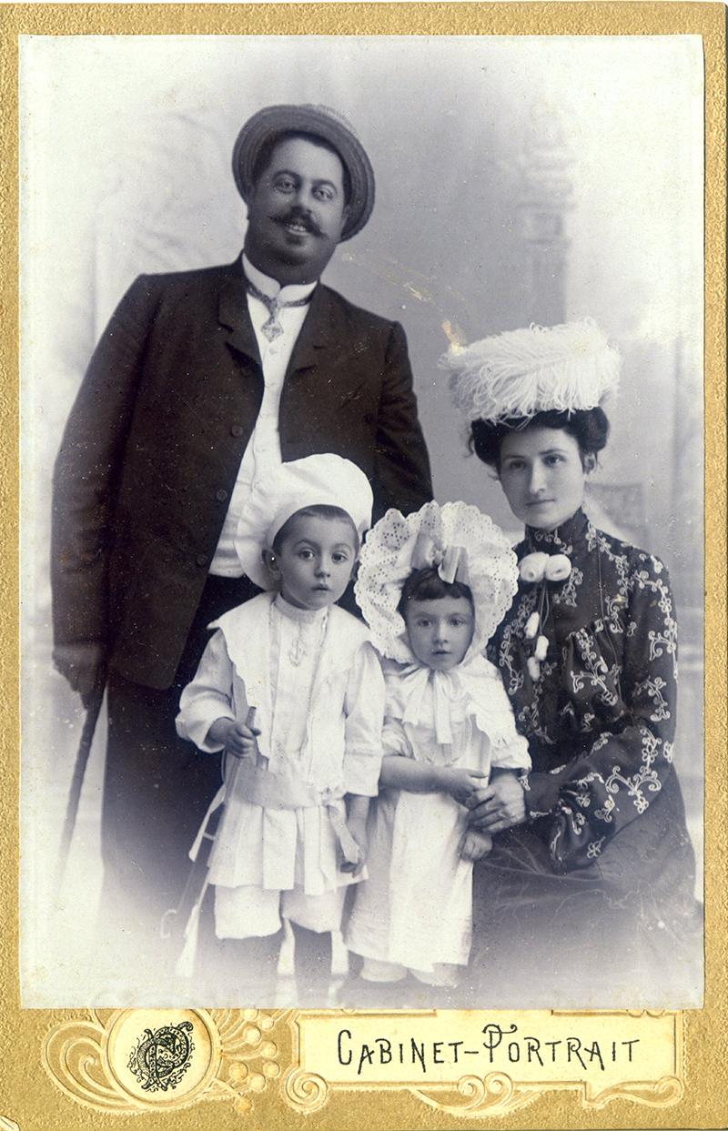 Василий Павлович Метакса с супругой и детьми. Слева сын Георгий.